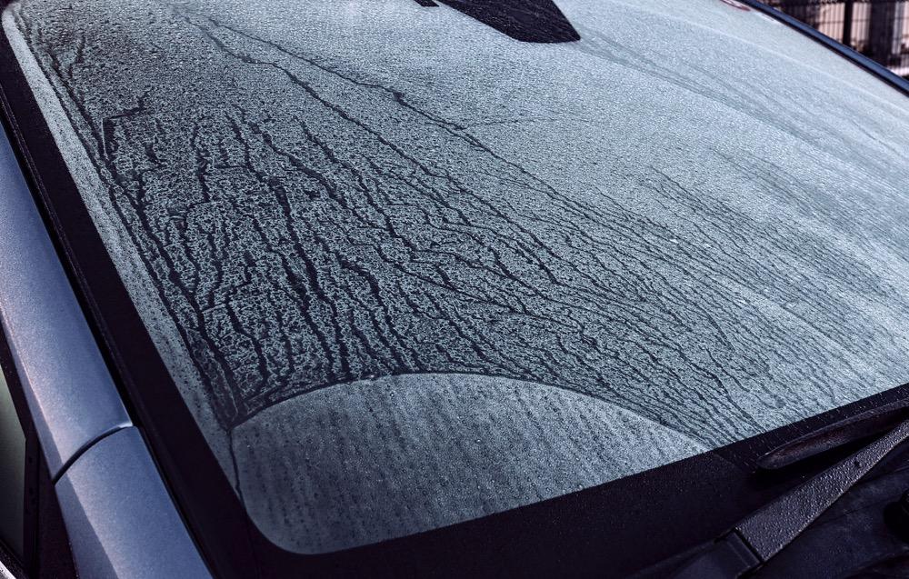 ●寒い日の朝にありがちなフロントウインドーに降りた霜。凍っているとたちが悪い