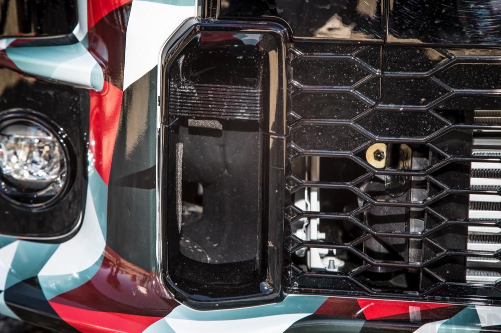 GRモデルの特徴である台形グリルの両サイドには、空力と冷却のためのダクトが空いている