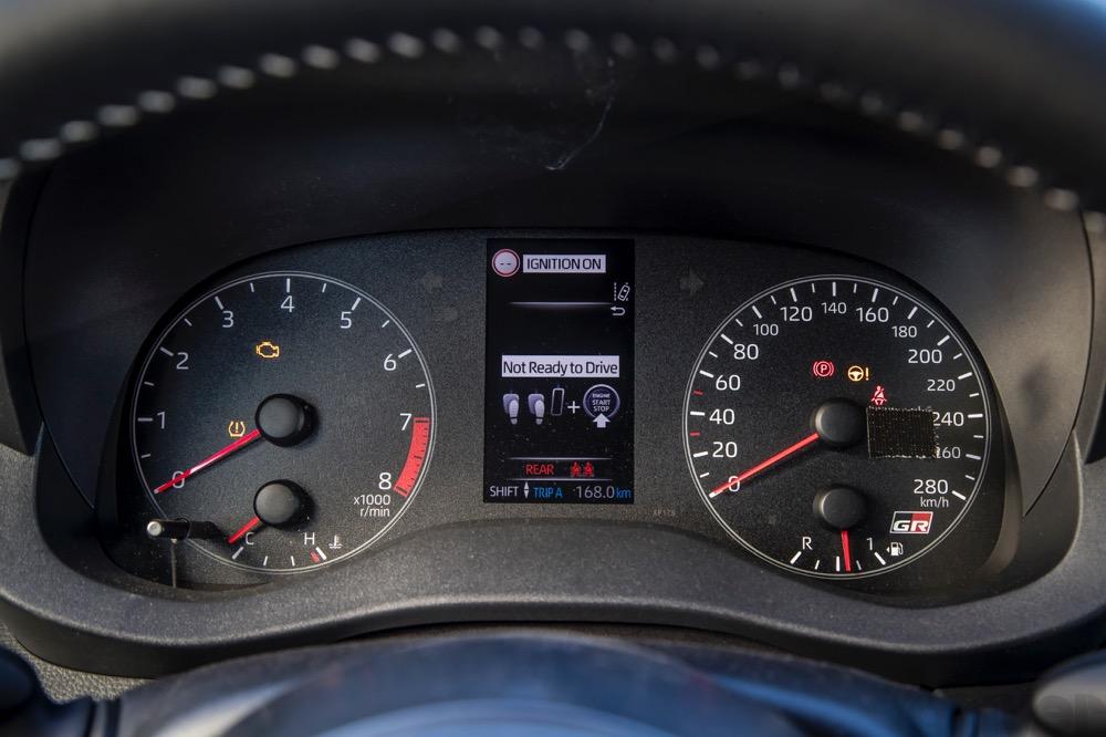 メーターは至極シンプル。速度計は280km/hまで表示