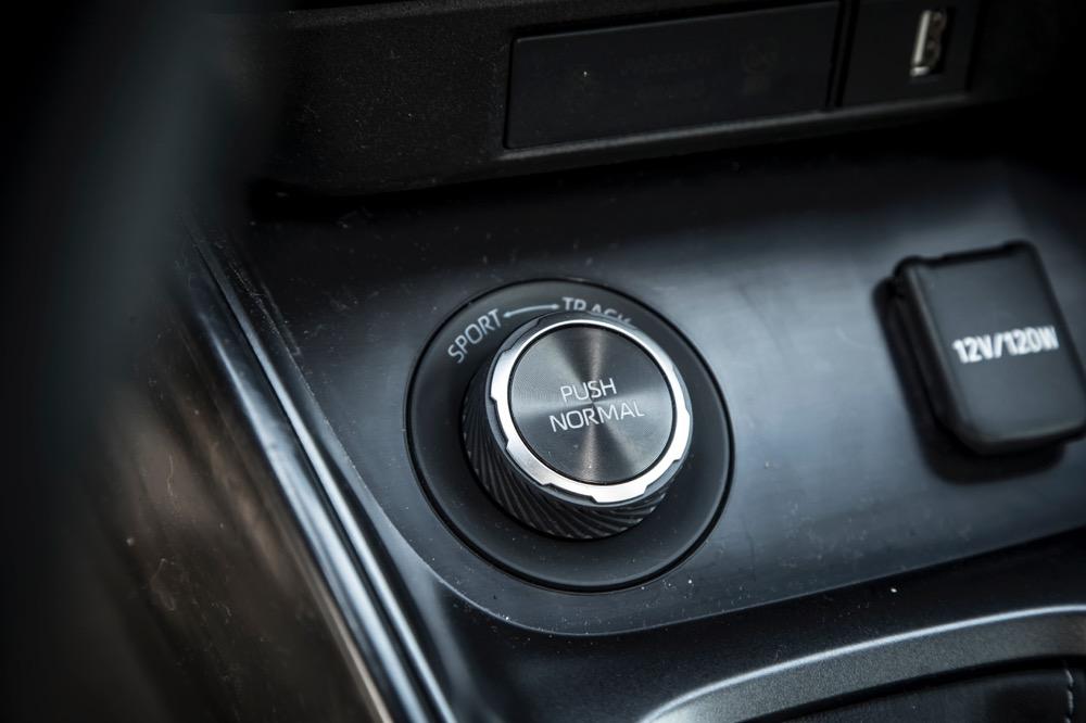 ダイヤルひとつでノーマル、スポーツ、トラックを選択可能。それぞれのモードのの範囲で前後重量配分をアクティブに可変させる