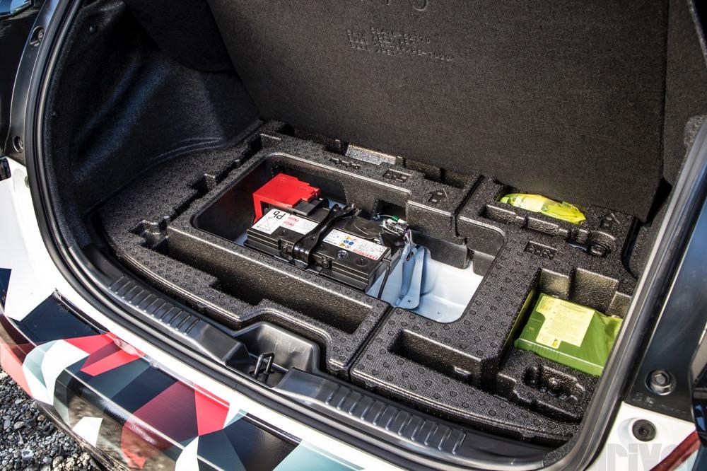 補機バッテリーはリヤ荷室下に移設し、前後重量配分を改善