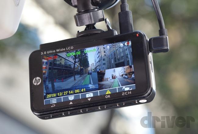 ●本体背面には3インチの大型画面を搭載。写真のように車両前方映像と後方映像を同時に表示できる(どちらかは小さくなる)