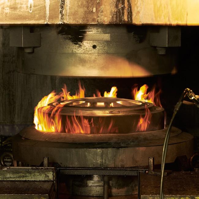 ●ビレットと呼ばれる円筒型の素材を最大9000トンの高圧でプレスし、金型を取り替えながら鍛造を重ね、ホイールに成型する