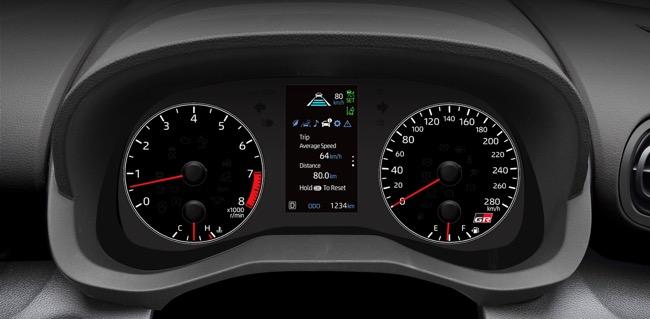 ●メーターも専用品で、センターのマルチインフォメーションディスプレイ部には過給圧などの表示が可能。280km/hまで刻まれたスピード計が高性能を強く主張