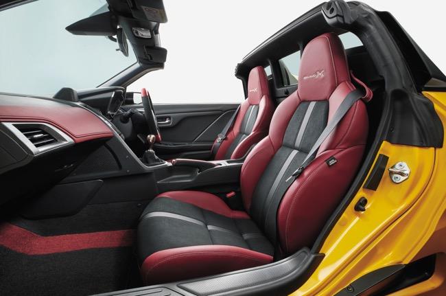 ●「モデューロX」専用スポーツシートはデザインが変更された