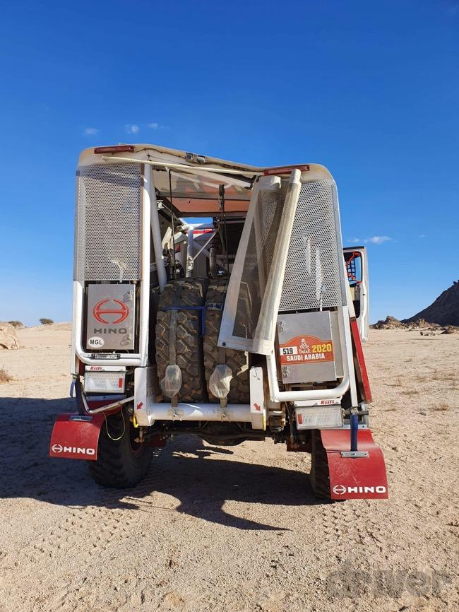 ●519号車の日野レンジャーは、後輪に干渉するほど荷室が破損。修理を優先させた