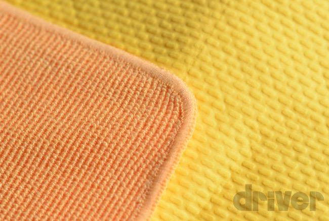 ●マイクロファイバークロスと超吸水セームが片面ずつ組み合わされている。どちらの面も滑らかな触り心地。1枚で使い分けができるのはとても便利だ