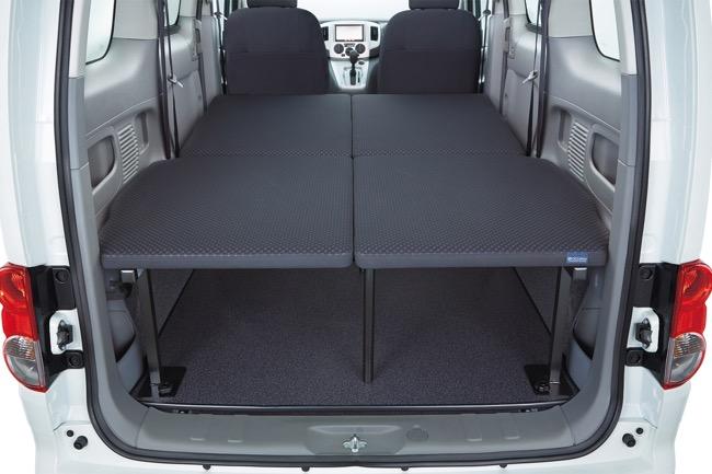 ●セカンドシートを畳んでベッドボードを置けば、フラットなベッドとなる