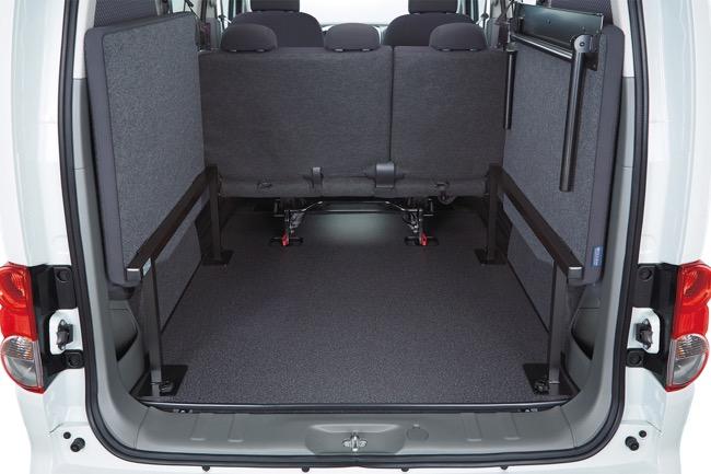 ●荷室側のベッドを左右に跳ね上げれば、大きな荷物の積載も可能。フロアパネルはロンリューム張りで撥水性に優れ、簡単に汚れが拭き取れる