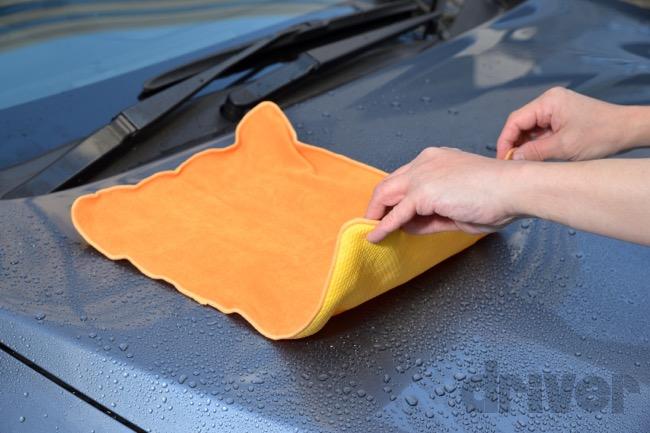 ●黄色い面の超吸水セームはボディの上を滑らせるようにしただけで水滴を除去できる