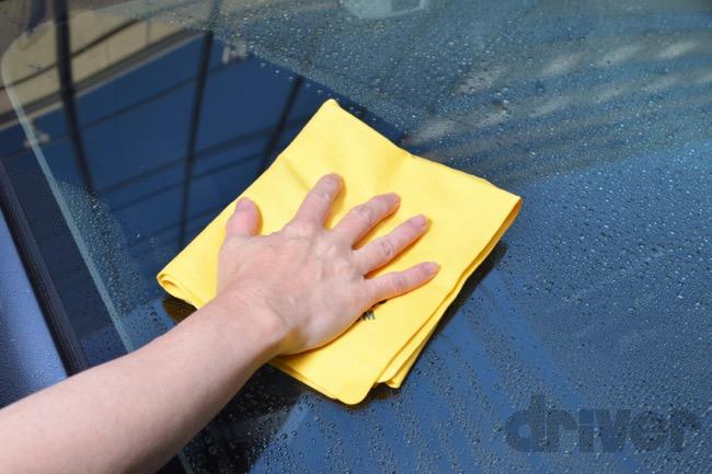 ●低摩擦なのでガラス面を拭くときにも引っ掛からずスムーズ。これ1枚でクルマ全体に使える