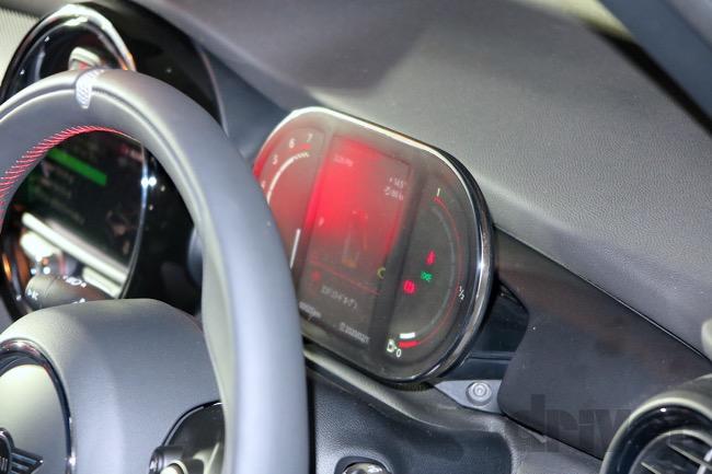 ●メーターディスプレイは薄く、運転の支障にならない大きさに抑えてある