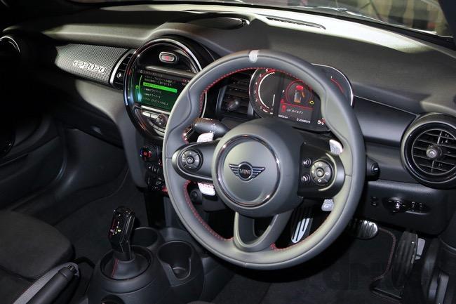 ●ミニ ジョンクーパーワークス GPのコックピット。センターマーカー付きのステアリングホイールと、シルバーのパドルシフトレバーは専用品