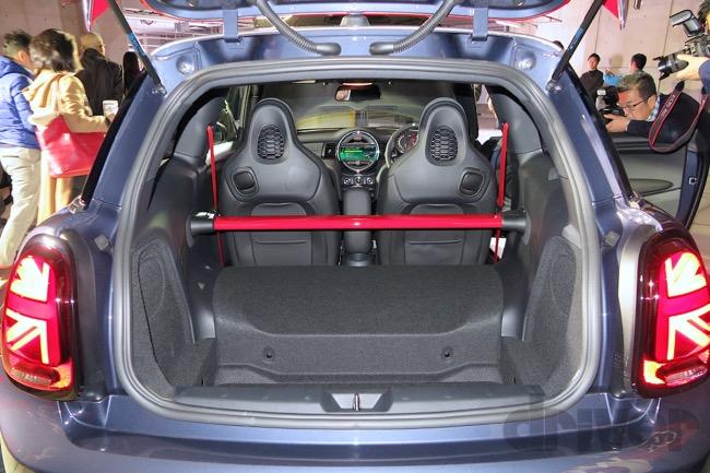 ●ミニ ジョンクーパーワークス GPのラゲッジスペース。ご覧のとおり2シーターなのでリヤシートはつかない
