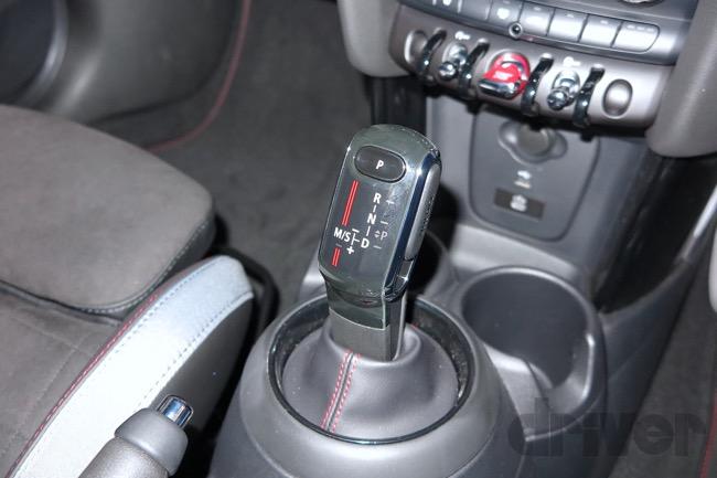 ●MTの設定がなく、8速ATのみ。変速はこのシフトレバーと、ステアリング裏のパドルと両方で操作できる