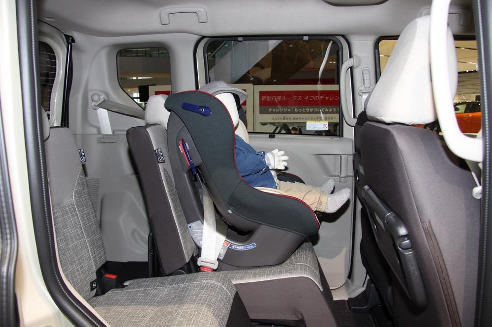 ●後席を前方にスライドすれば、運転席から子どものケアなどが可能な距離に