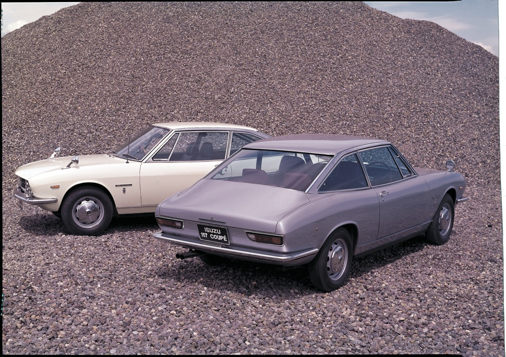 ●1968年、117クーペ。全長4280mm✕全幅1600mm✕全高1320mm。エンジンは1.6L直4(120ps/14.5kgm)。価格172万円(117クーペ・4速MT)