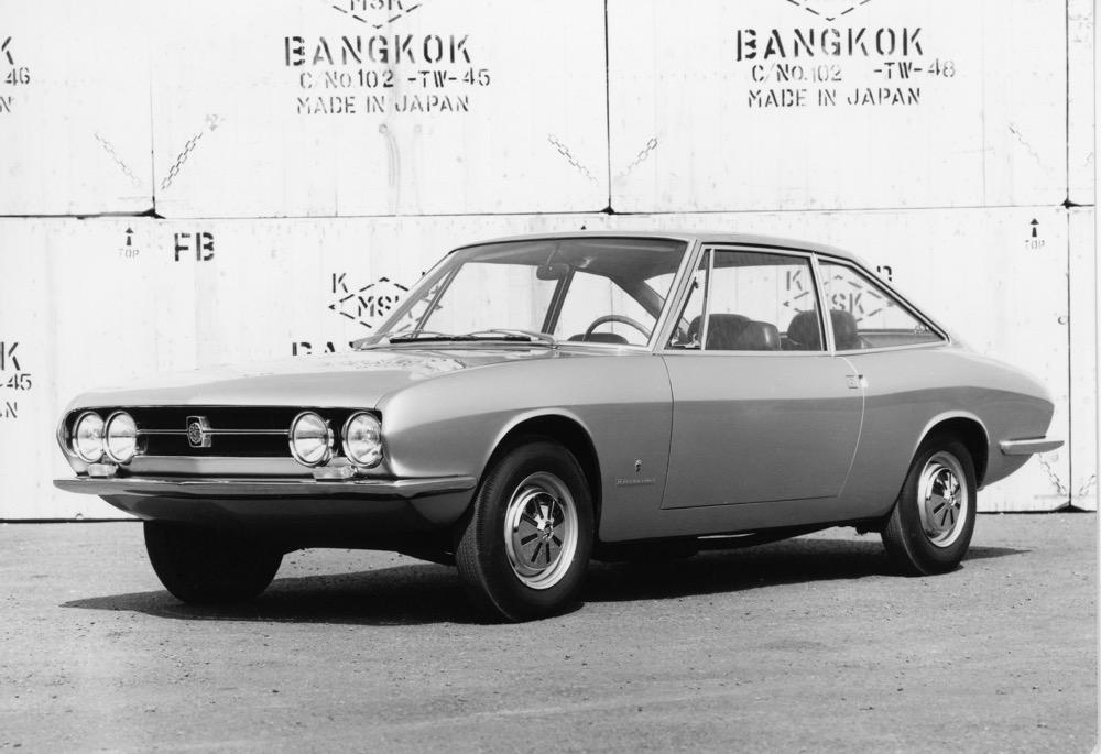●ギア-いすゞ117スポルトは1966年3月のジュネーブショーで披露。その美しさが称賛され商品化を決めた。このときは平仮名のいすゞマークが付いている