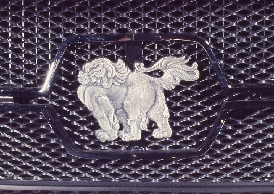 ●ジウジアーロが日本のクルマとして選んだ唐獅子のシンボル。日本から持ち帰った風呂敷の柄にあった唐獅子をモチーフにデザインしたと言われている