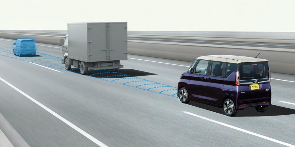 ●ミリ波レーダーにより、2台前で死角になっている先行車の動きも検知する
