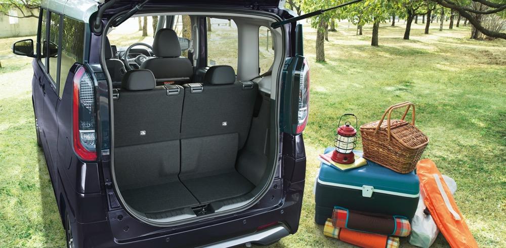 ●後席を前方にスライドすれば奥行きが取れるからかなり荷物も詰める。これでも後席に2人座れるのだ