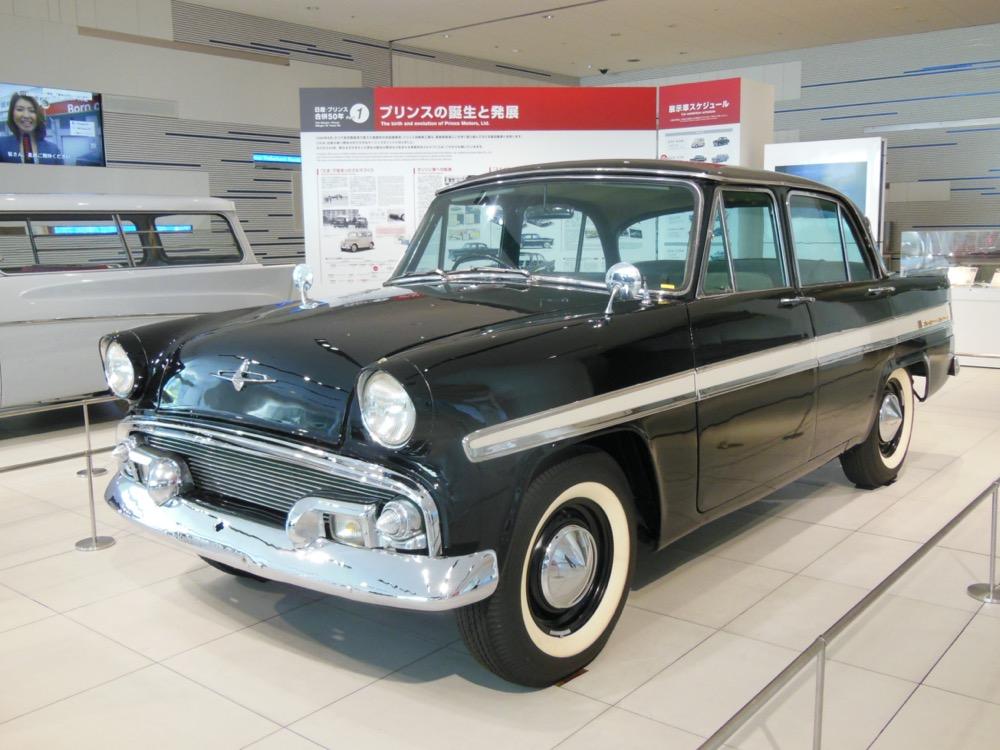 ●1957年、プリンス スカイライン。全長4280mm✕全幅1675mm✕全高1535mm。エンジンは1.5L直4OHV(60ps/10.75kgm)。価格は120万円(デラックス・4速MT)