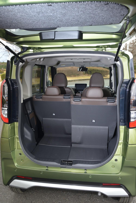 ●スライド量が大きいので、後席を前倒ししなくても荷室に大きな荷物を載せられる