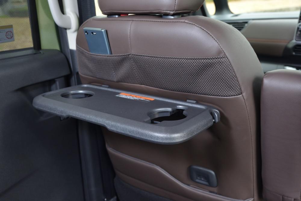 ●前席シートバックには、後席用のテーブルを装備