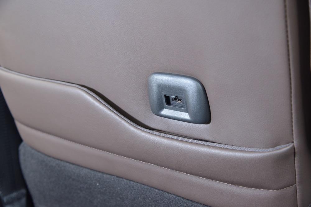 ●前席シートバックには急速充電用のUSBポートも設置