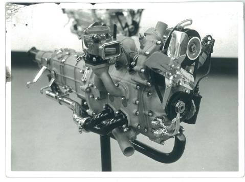 ●1963年秋の全日本自動車ショーではロータリーエンジン搭載の試作車の写真をパネルで展示。開発中の新エンジンは写真の400cc×2ローターと1ローター(400cc)の2タイプを出展した